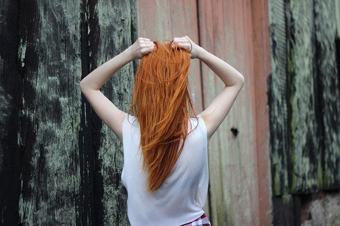 Jakich kosmetyków używać do pielęgnacji koloru włosów?