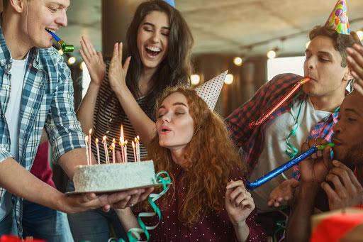 Prezenty na urodziny – pamięć z dedykacją