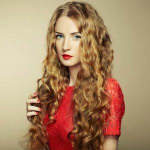 Prosta, czerwona sukienka - jaka biżuteria najlepiej się z nią zgra?