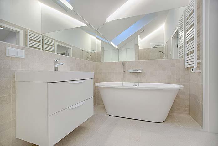 Jak praktycznie urządzić łazienkę?