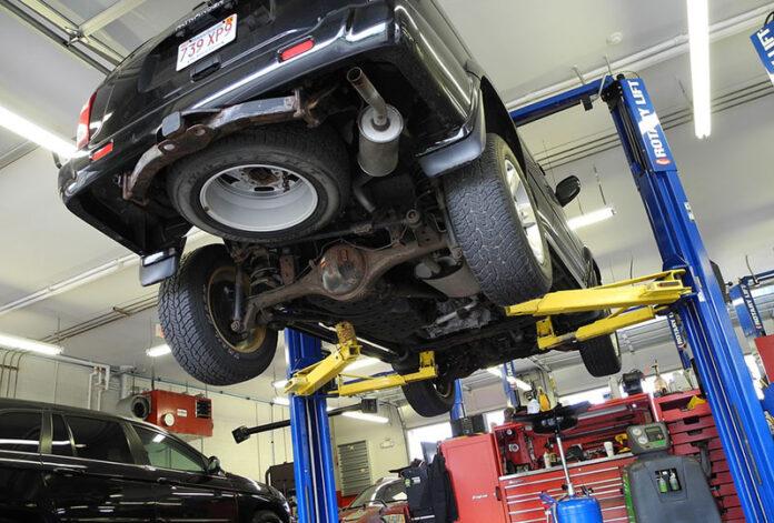 Jak wygląda podstawowe wyposażenie warsztatu samochodowego